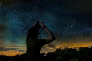 Können mit einem Fernglas Sterne beobachtet werden?